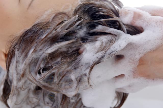 爪を立てて頭を洗う