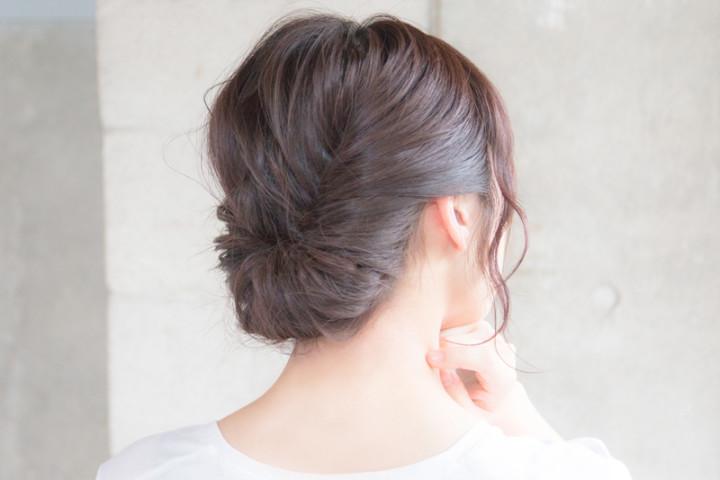 低めに作ったハーフアップのクルリンパの中に残った髪の毛を巻き込んでいく