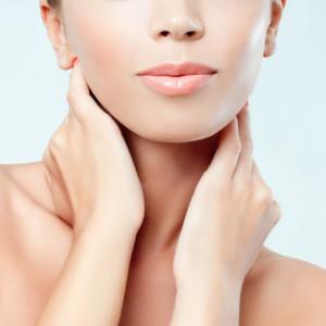 顔面運動 (フェイスラインから首にかけては手のひらを使って化粧水をしっかりと浸透させる)