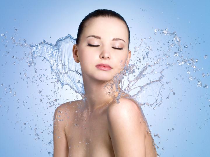 素肌に水を浴びる女性