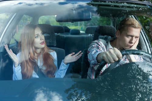 車の中で喧嘩をするカップル