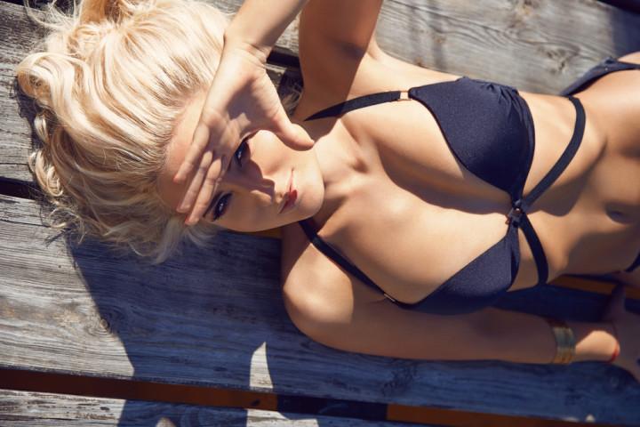 日焼けする水着姿の女性