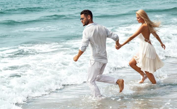 海辺を走るカップル