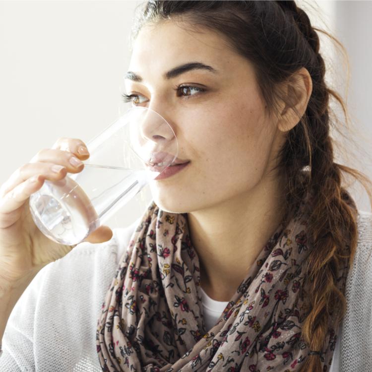 水をたくさん飲んだ方が美容に良い?「水にまつわる俗説」の真偽とは?!