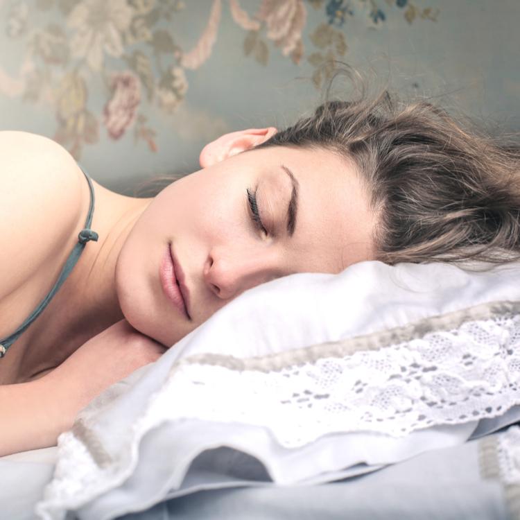 眠りながら、美肌を手に入れる注目の美容方法は「睡眠美容」!