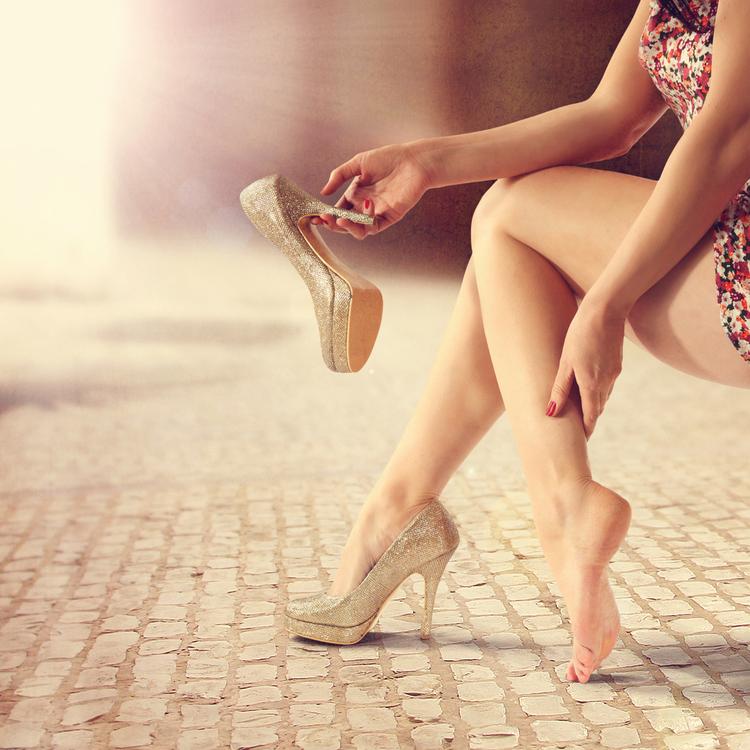 なぜ足はむくむの?立ちっぱなし&歩き疲れた時に効果的なこと