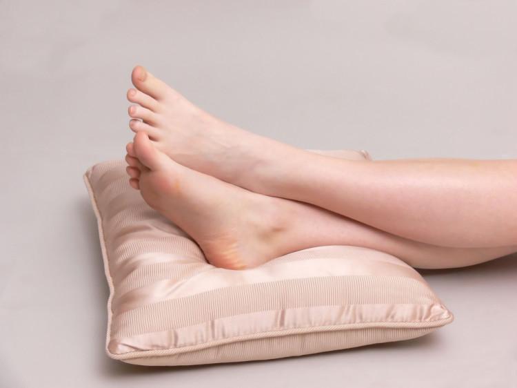 足 を 上げ て 寝る