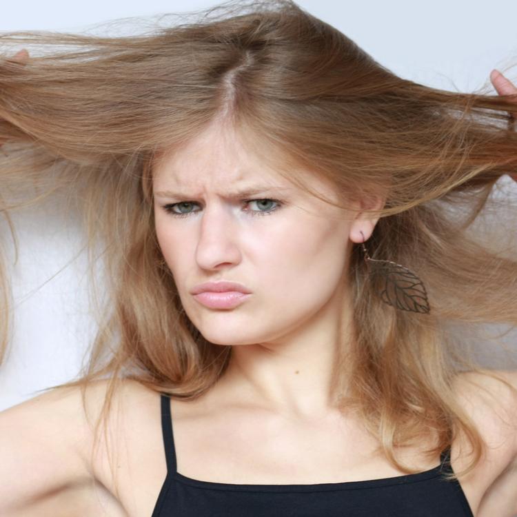 まとまりのあるツヤ髪に!髪の静電気の原因と上手な対処法とは?