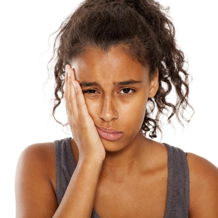 【その症状、食いしばりが原因かも】朝起きると顎が疲れていると感じる方へ