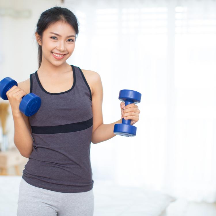 自宅筋トレの必需品!女性でもダンベルを使って効率よく鍛えよう!