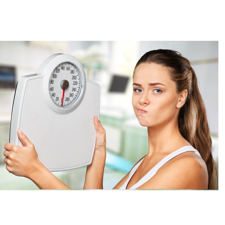 体重計をもつ女性