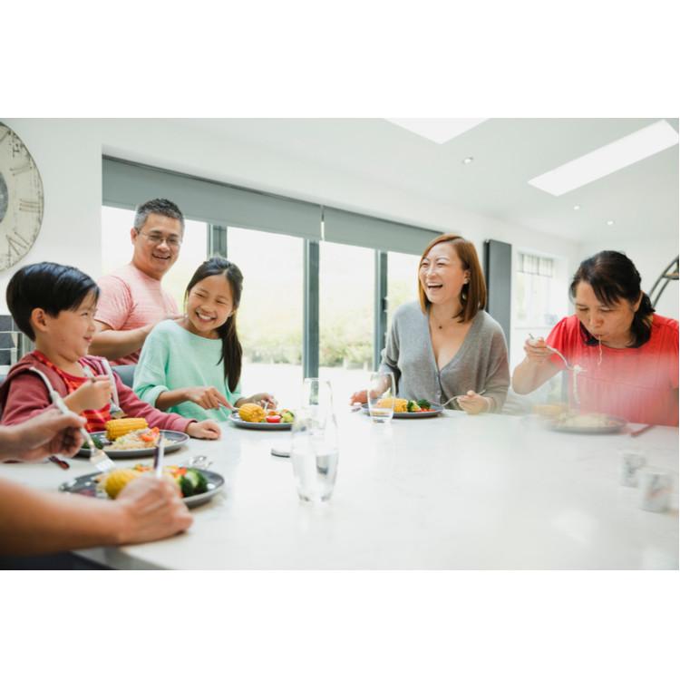 家族で食べている画像