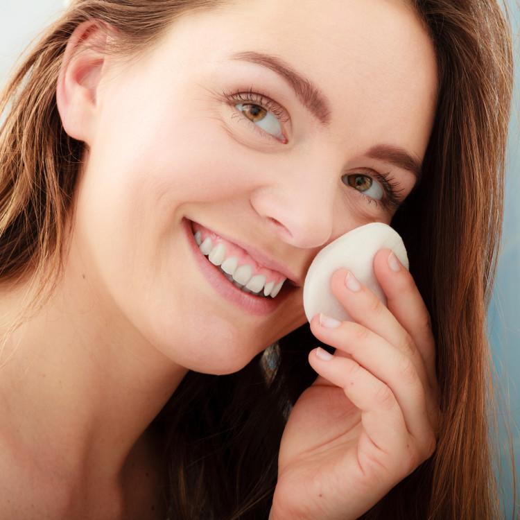 拭き取り化粧水で透明感あるツルスベ肌に。おすすめの拭き取り化粧水3選