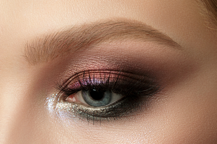 目もとにはスモーキーな暖色でツヤ&陰影を+